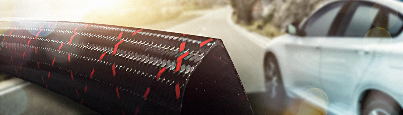 Carbon-Bauteil vor einem Auto